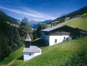 Bauernhaus und Kapelle im Lorleswald