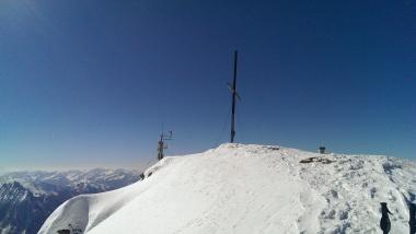 Gipfelkreuz und Wetterstation am Wolfendorn